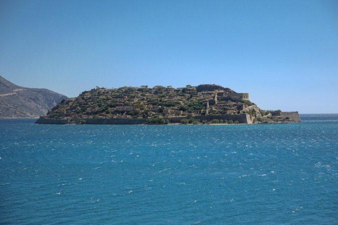 Insel Spinalonga von Meer aus gesehen