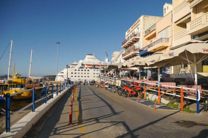 Kreuzfahrtschiff und Häuser im Hafen von Agios Nikolaos