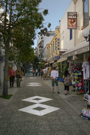 Offene Fußgängerpassage mit Menschen und Geschäften