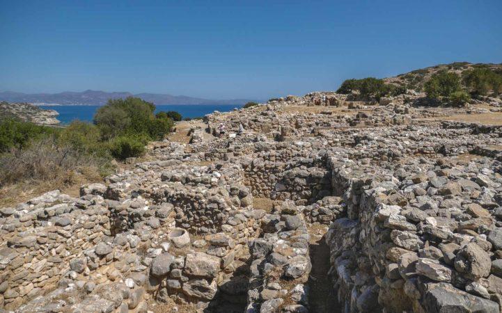Grundmauern an einem Berghang in einer Ausgrabungsstätte
