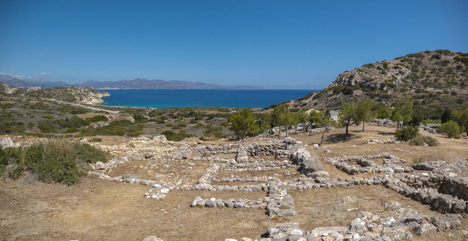 Grundmauern in einer Außgrabungsstätte auf Kreta