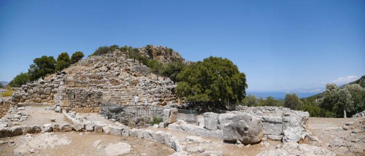 Breite alte Steintreppe an einer Ausgrabungsstätte