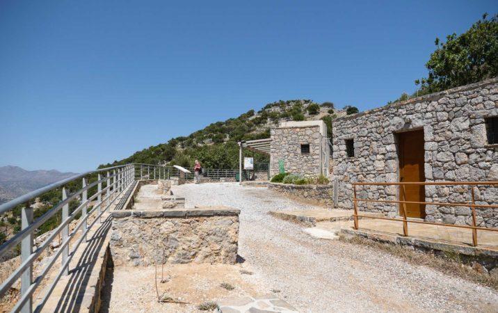 Eingangsbreich mit neuen Gebäuden bei dorischer Siedlung auf Kreta