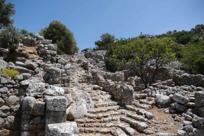 Alte Steintreppe zwischen Grundmauern von alten Gebäuden