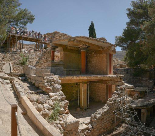 Doppelstöckige offene Reste von Räumen mit Säulen