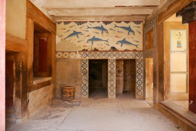 Raum mit blauen Wandmalereien von Delphinen