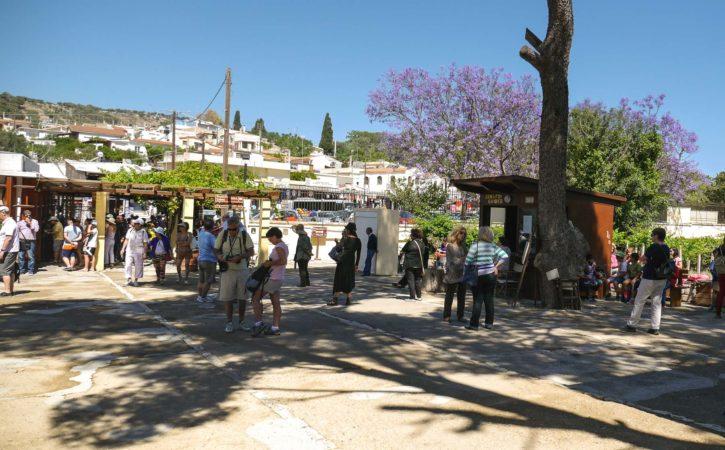 Eingangsbereich mit vielen Menschen beim Palast von Knossos
