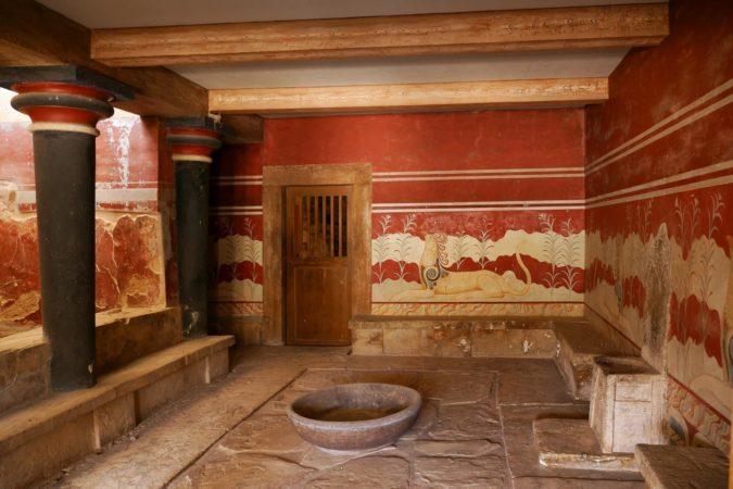Kleiner Raum mit Steinthron und roten Wandmalereien