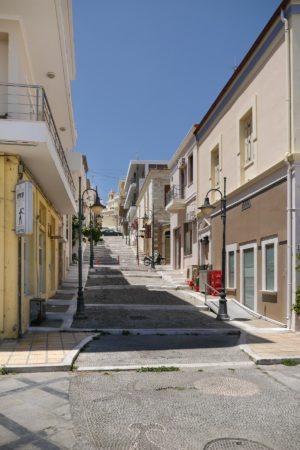 Fußgängergasse mit Treppen in Sitia
