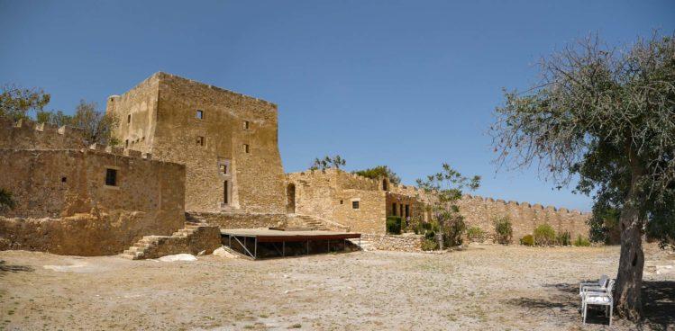 Innenhof der venezianischen Festung mit Turmresten in Sitia