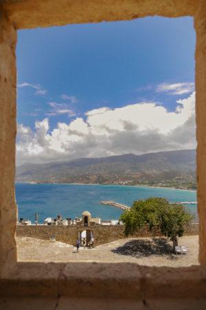 Blick auf Innenhof der Festung und dem blauen Meer von Sitia