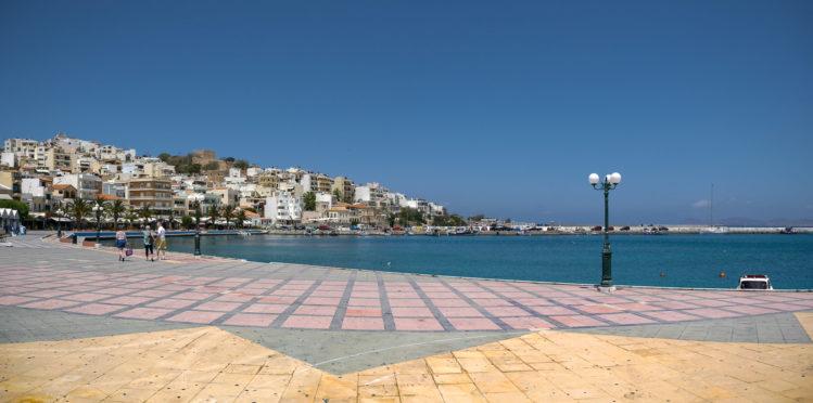 Bunt gepflasterte Uferpromenade in Sitia