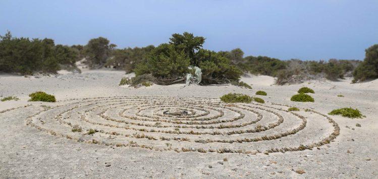 Ringe aus Steinen in Sand geleckt