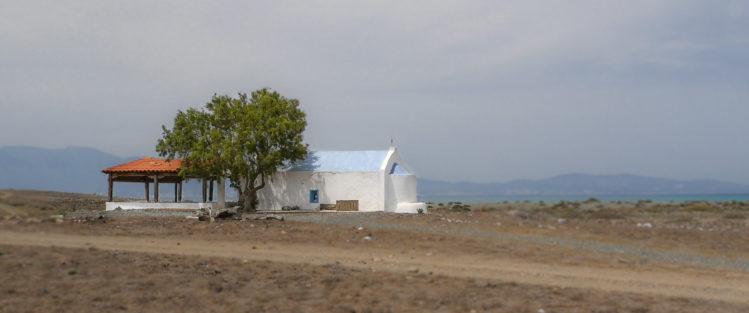 Weiße kleine Kirche mit Baum