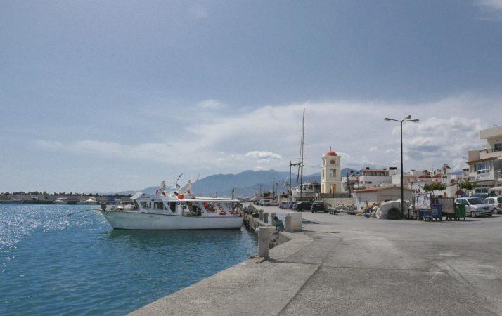 Ausflugsboot und weißer Turm in Hafen von Ierapetra
