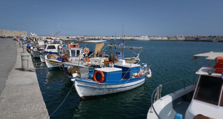 Kleine blaue Fischerboote in einem Hafen