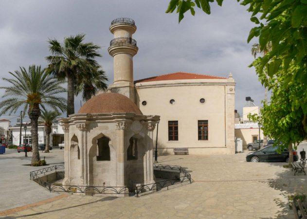 Kleines runde orientalisches Gebäude mit Turm