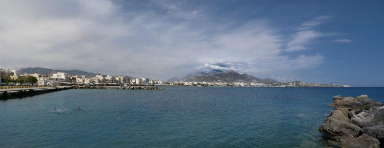 Berg umhüllt von Wolken hinter Meer