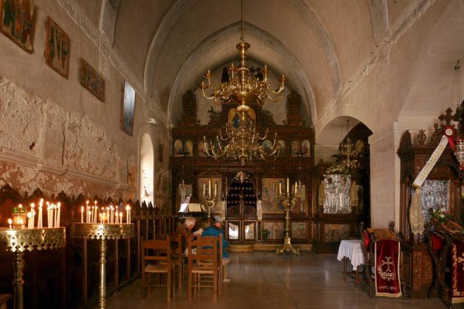 Reichlich geschmückter Altar in der Klosterkirche