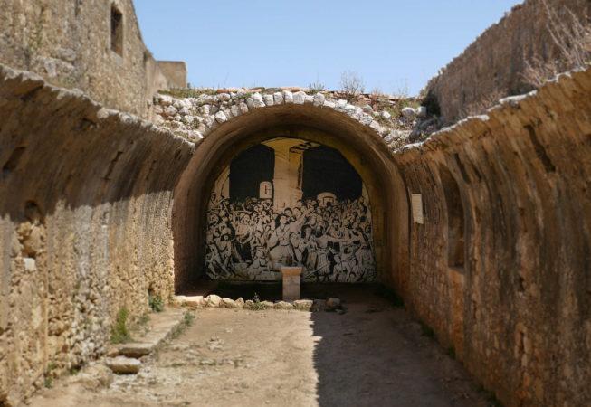 Schwarz weiß Gemälde von Menschen an einer zerstörten Gewölbewand