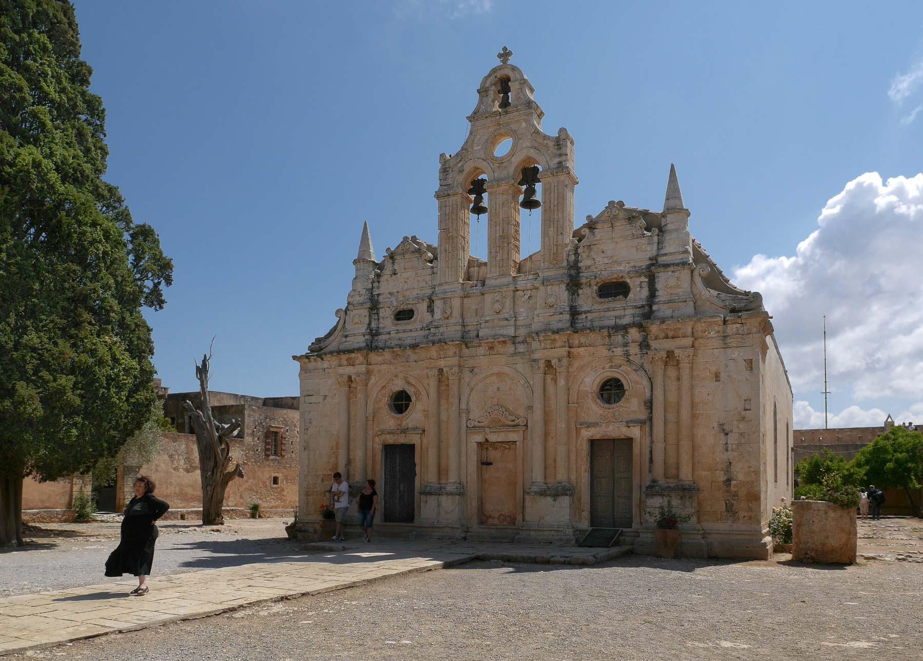 Die Fassade der Klosterkirche mit zwei Glocken