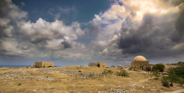 Panorama von Platz mit Moschee und Wolken