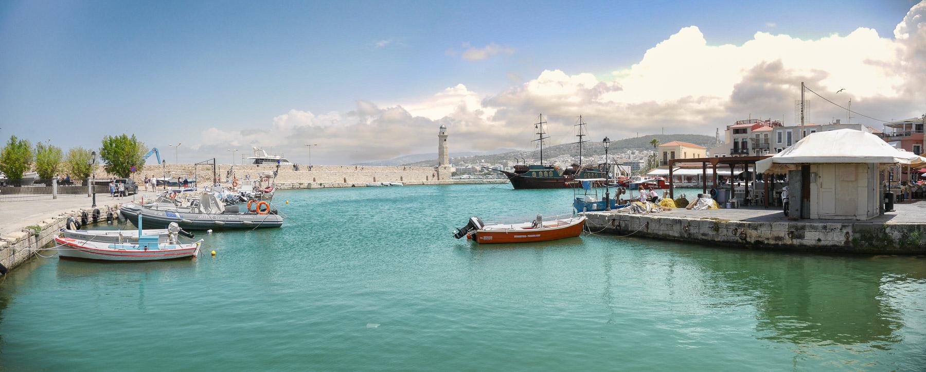 Hafen mit Leuchtturm und Fischerbooten
