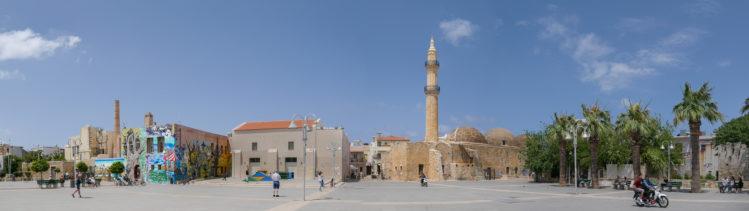 Panorama großer freier Platz mit Moschee Tis Nerandses