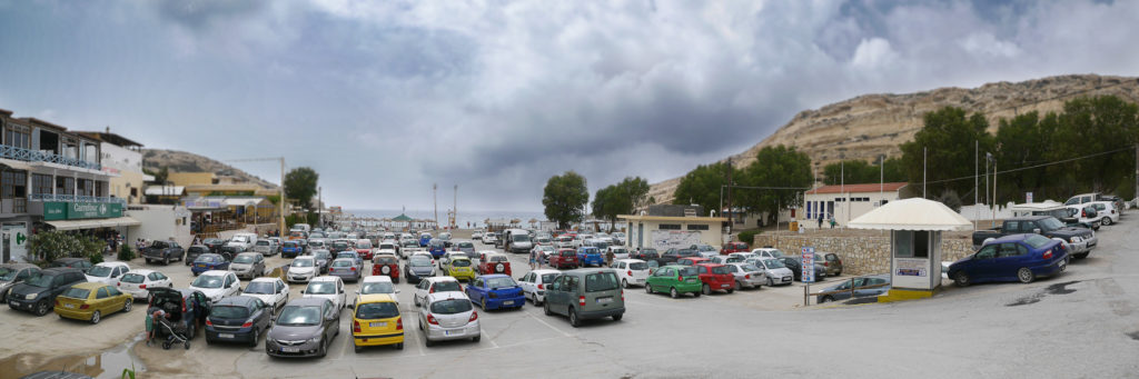 Parkplatz mit vielen Autos in Matala