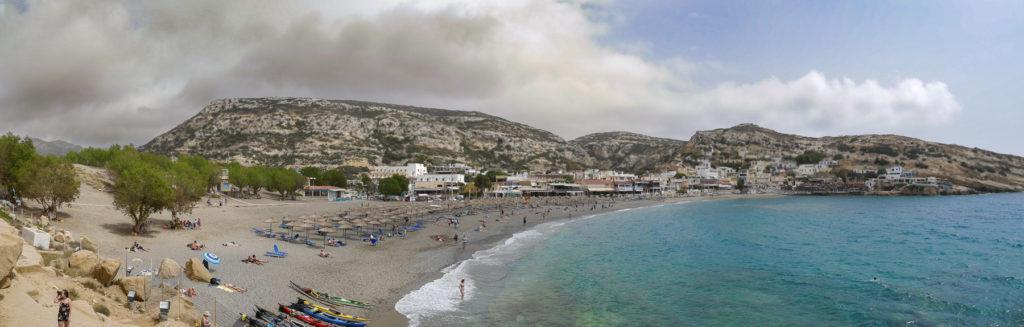 Panorama vom Strand und Ort Matala