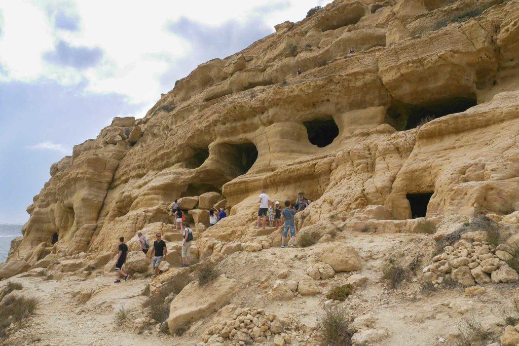 Römische Grabhöhlen an Felswand