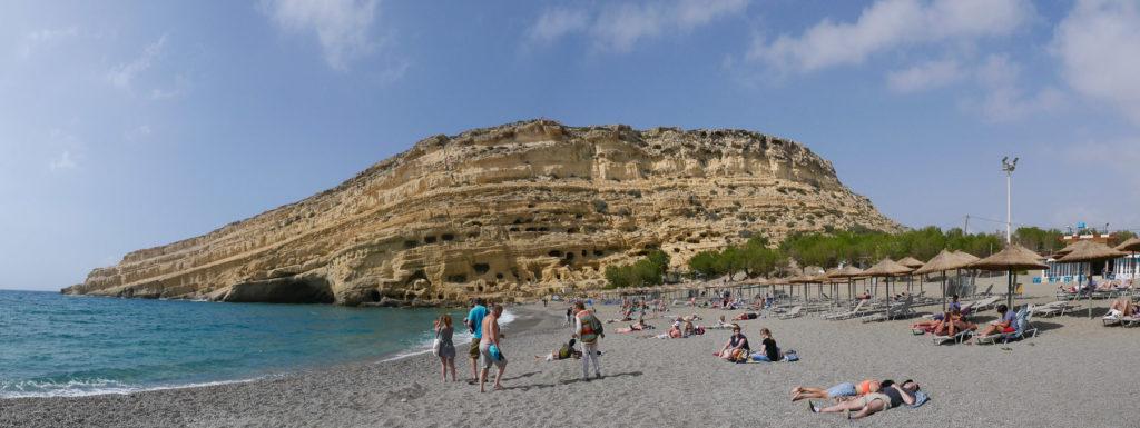 Strand und Felswand mit römischen Grabhöhlen in Matala