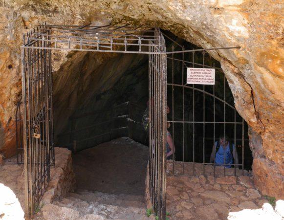 Eisentor vor Höhleneingang