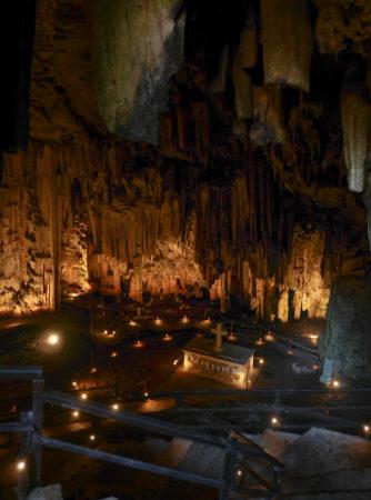 Höhle mit Altar in Mitte