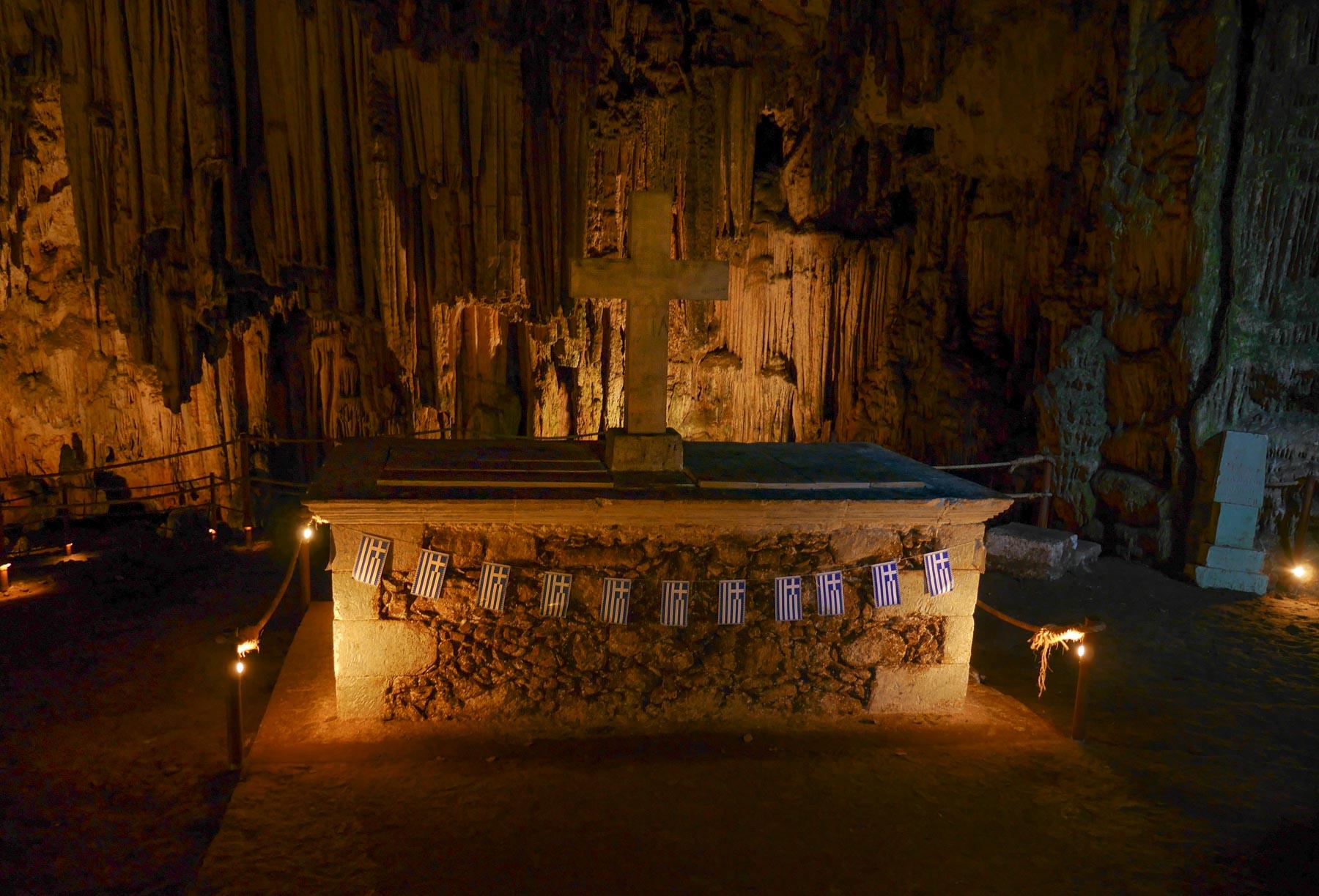 Beleuchteter Altar mit Kreuz