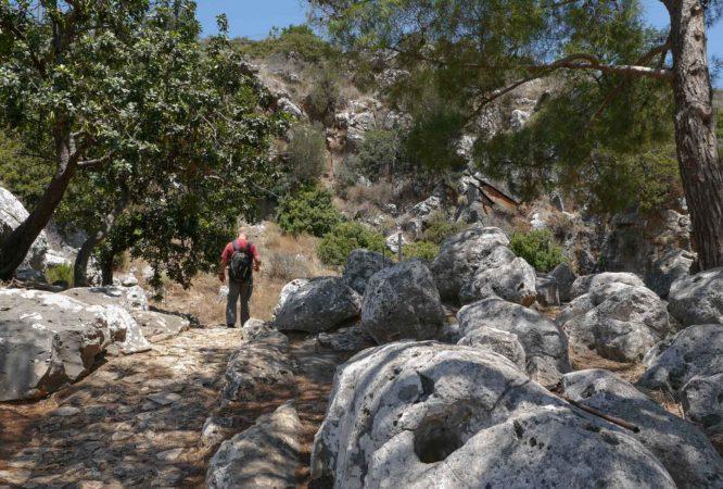 Weg aus Steinen mit Mann mit Rucksack