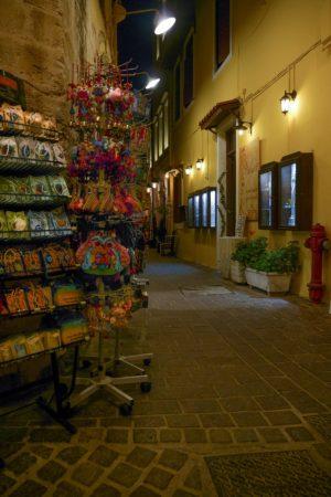 Gasse mit Souvenirständern bei Nacht in Chania