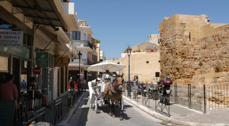 Pferdekutsche in Straße am Tag