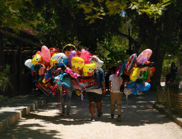 Bunte Luftballons getragen von 3 Männern