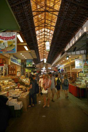 Blick in Markthalle mit Käsestand