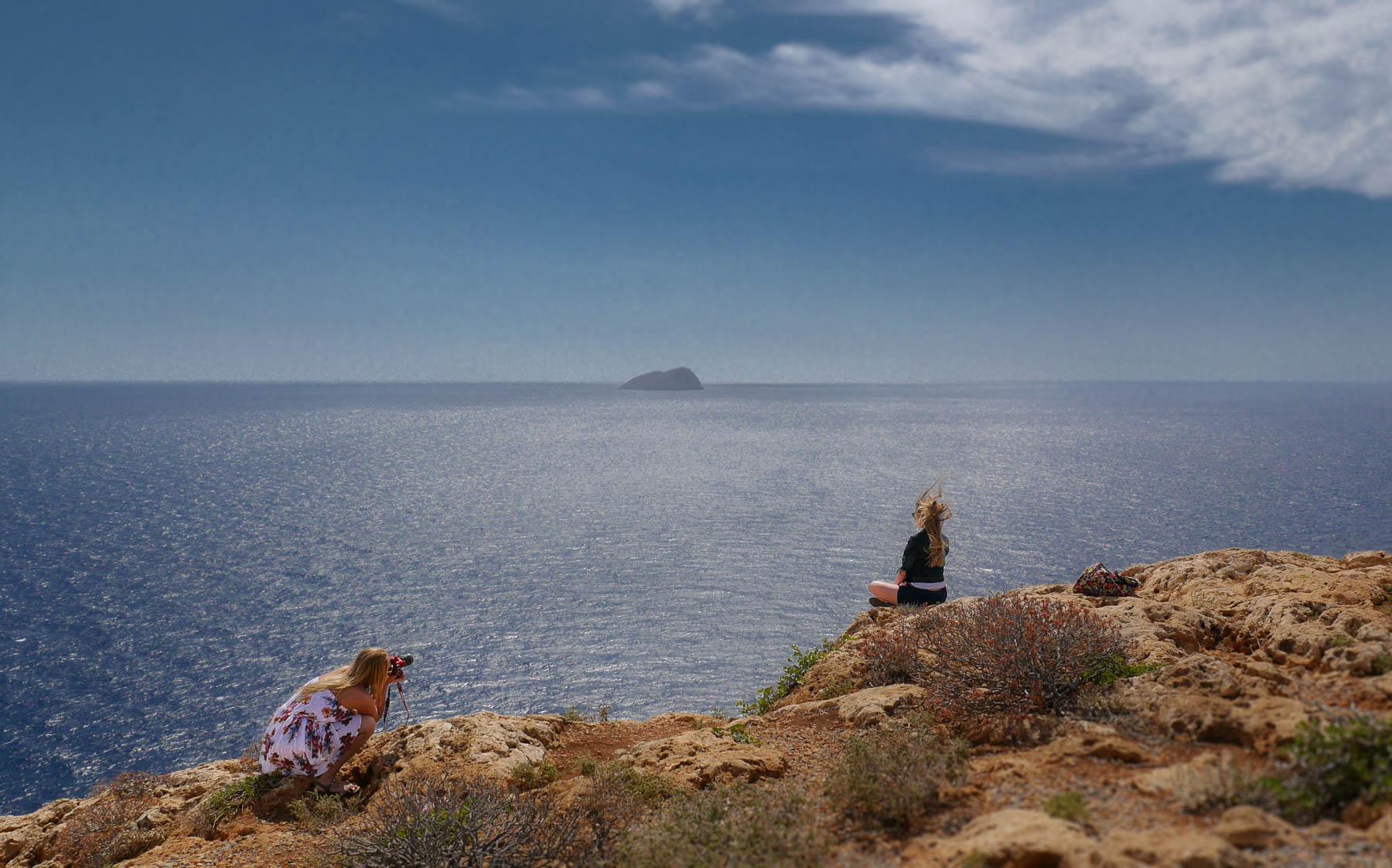 2 Mädchen machen Fotoshotting vor blauem Meer