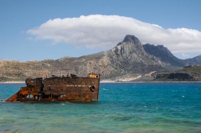 Verrostetes Schiffswrack im blauen Wasser