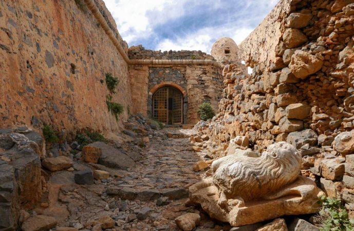 Reste eines venezianischen Löwen vor Festungseingang mit Eisentor