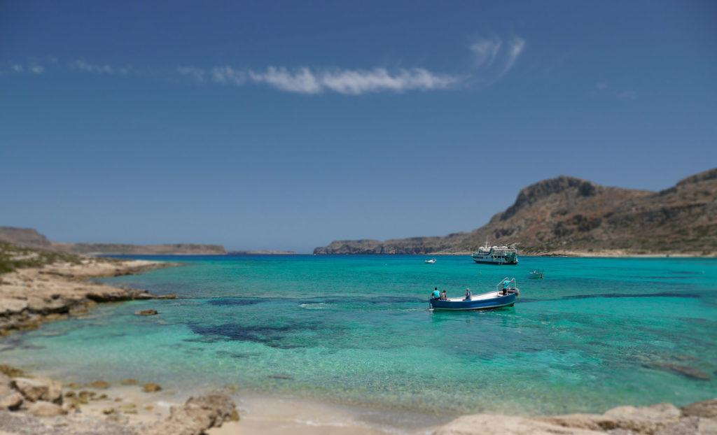 Kleines Boot und Fähre bei der Lagune Balos