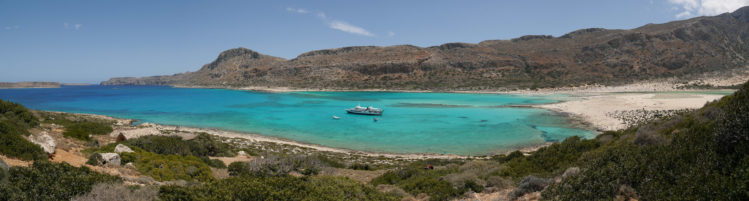 Panorama von Lagune Balos mit Fähre im türkisblauem Wasser