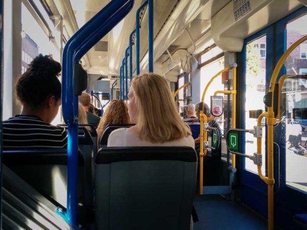 Straßenbahn in Amsterdam mit Ausgangsbereich