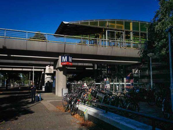 Bahnhof der Metro in Amsterdam von außen