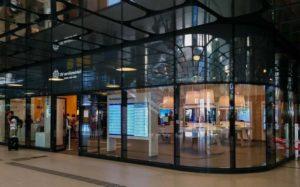 Infopunkt des öffentlichen Nahverkehrs in Amsterdam