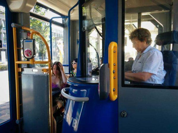 Fahrkartenverkäuferin in einer Straßenbahn in Amsterdam