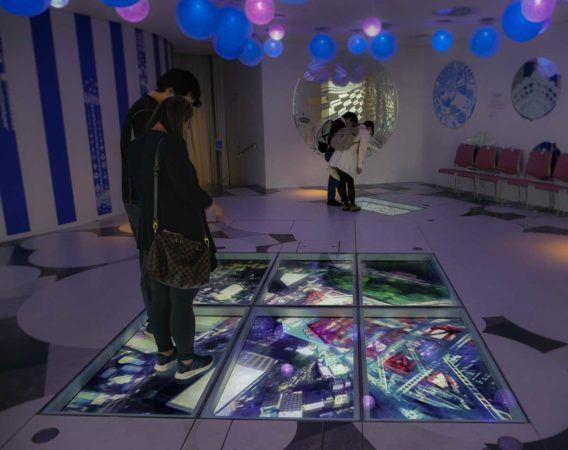 Besucher auf einem digitalen Glasfußboden